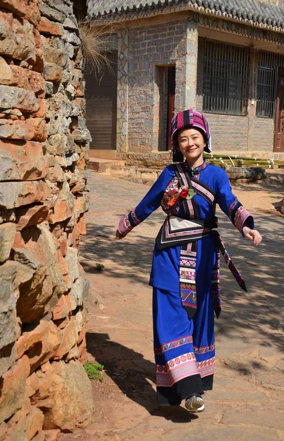 电影《牛筋村长》热拍演员朱婷诠释彝族村长夫人助力扶贫事业